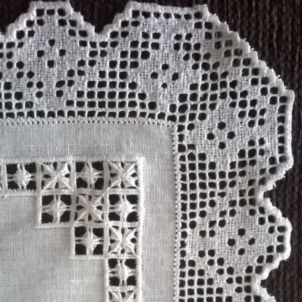 """Pañito en tela de lino deshilada, bordado """"al lienzo"""", filtire ..."""